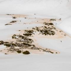 eingelagerter Saharasand im Schnee auf Kreta